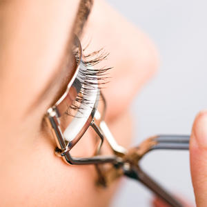 Everything You Need to Know About Curling Your Eyelashes Like a Pro