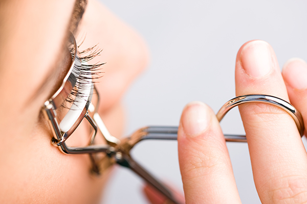 Everything You Need to Know About Curling Your Eyelashes Like a ...