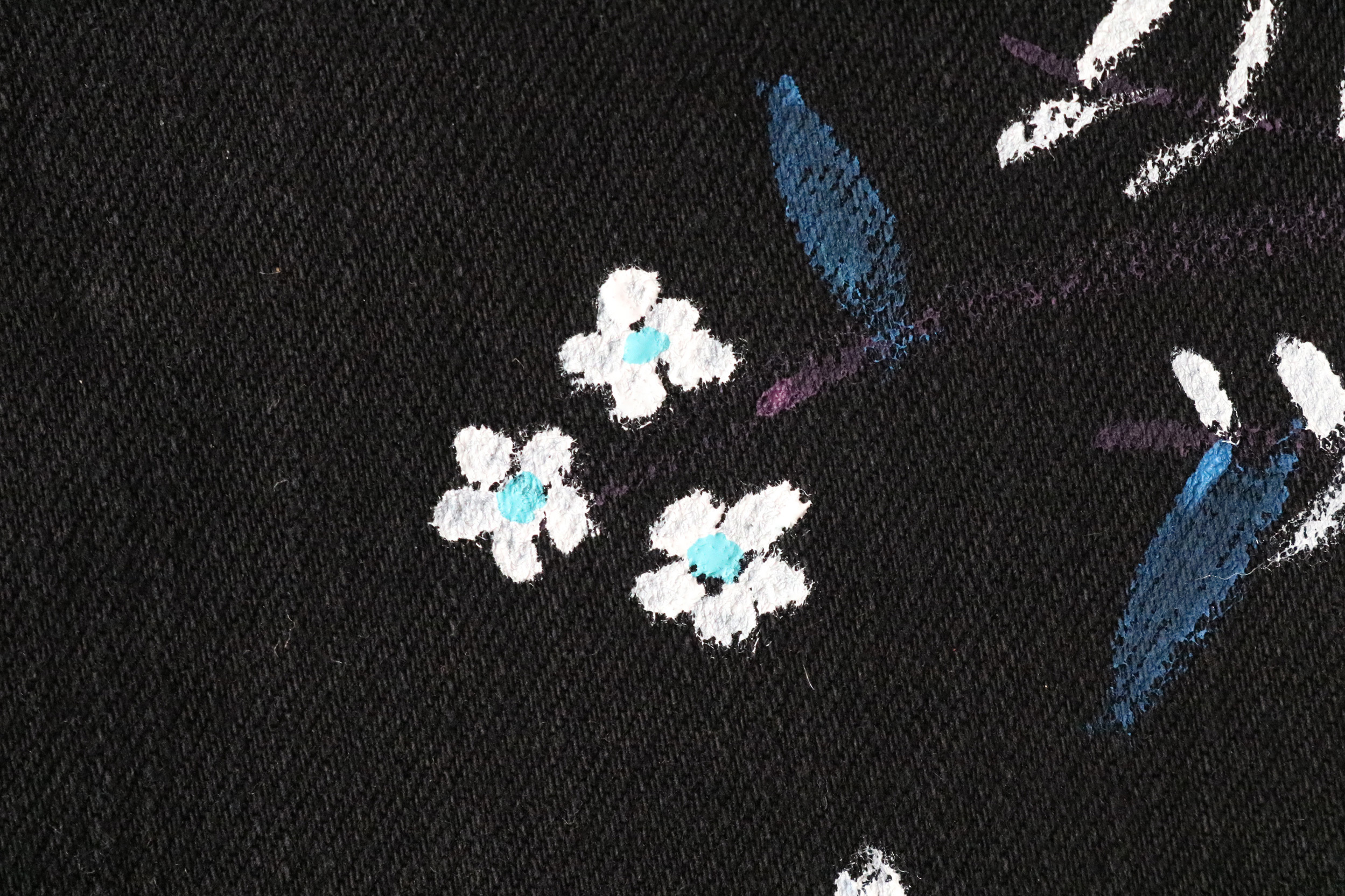 Paint simple flowers on the jeans