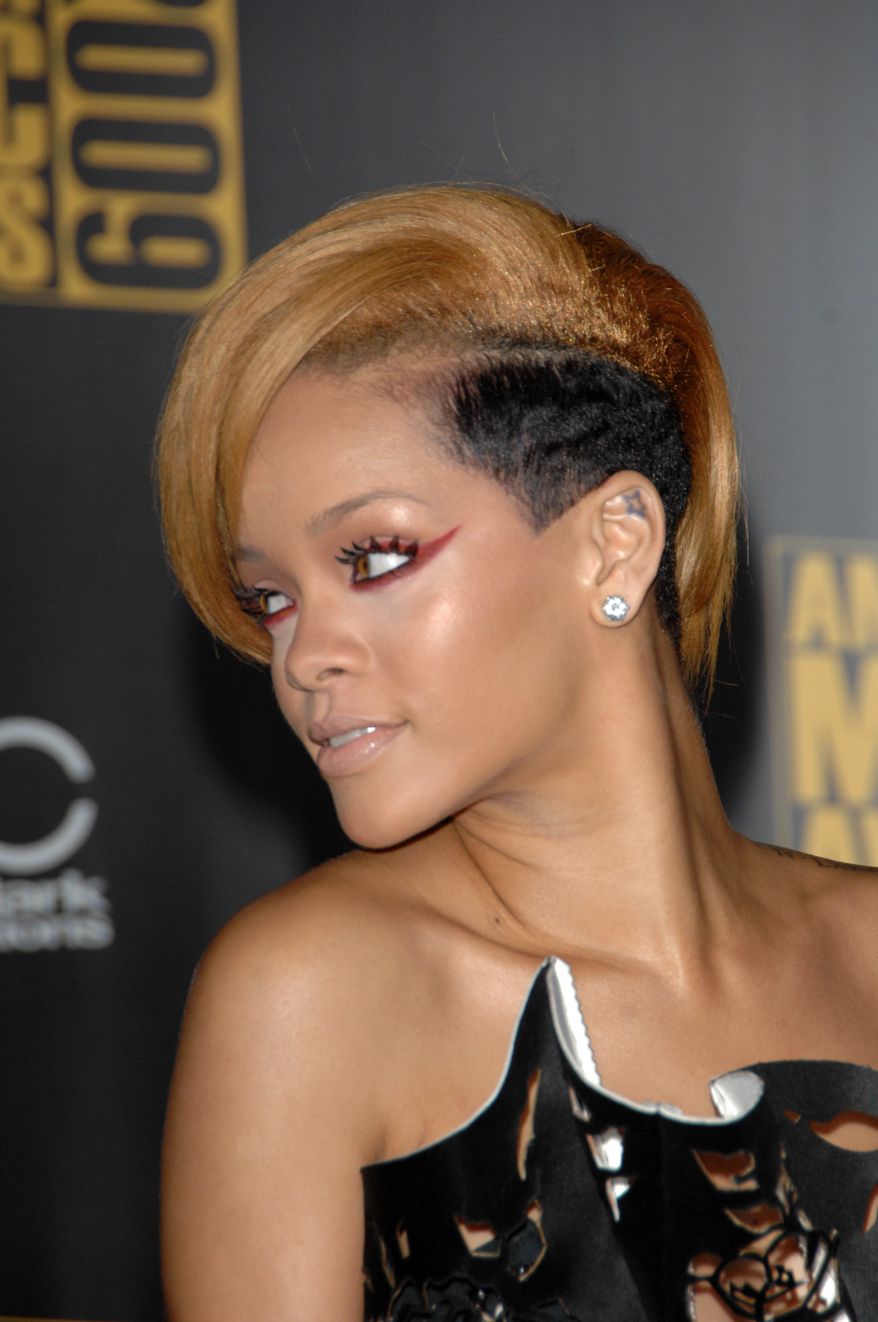 Three Months After Rihannas Hair Was So Right At The BET Awards It Wrong September 2008 MTV Video Music